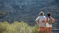 Una parella observa un dels espais del parc natural del Cap de Creus devastats pel foc forestal de la setmana passada