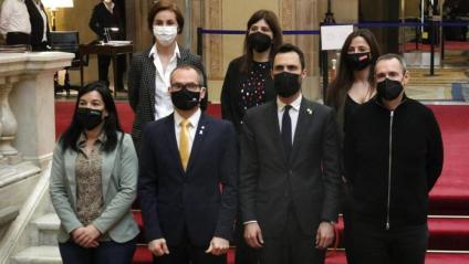 L'ex president del Parlament Roger Torrent; l'exvicepresident, Josep Costa, i els ex membres de la Mesa Eusebi Campdepadrós i Ariadna, a les escales del Parlament amb portaveus de JxCat, ERC i la CUP el 3 de març del 2021