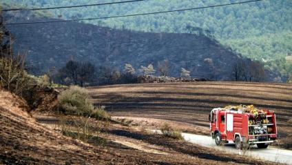 Un vehicle dels bombers a una zona cremada del municipi de Bellprat