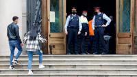 D'esquena, un dels acusats en el judici per la violació múltiple a una noia a Sabadell accedint a l'Audiència de Barcelona el passat mes d'abril acompanyat de la seva parella