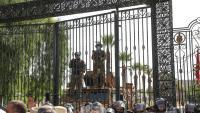 Protestes davant l'edifici del Parlament, tancat per l'exèrcit, després de la suspensió presidencial de la cambra legislativa i del primer ministre