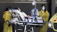 Personal sanitari trasllada un pacient a l'edifici Delta de l'Hospital de Bellvitge, on estan ingressats els malalts de covid