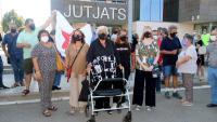 La mestra jubilada de Palafrugell aquest dimarts, davant els jutjats de la Bisbal d'Empordà.Ha rebut el suport de diverses persones, entre les quals Dolors Bassa