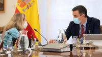 La vicepresidenta primera i ministra d'Afers Econòmics, Nadia Calviño, conversa amb el president del govern espanyol, Pedro Sánchez