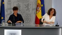 D'esquerra a dreta, la portaveu del govern espanyol, Isabel Rodríguez, i la ministra d'Hisenda, María Jesús Montero, durant la roda de premsa d'aquest dimarts