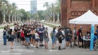 Nombroses persones fan cua per vacunar-se en un dels vehicles habilitats per Salut, instal·lat a l'Arc de Triomf de Barcelona