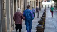 Una àvia passeja per Girona, en una imatge d'arxiu