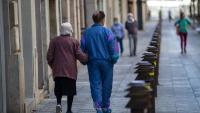 Persones grans passejant pel carrer