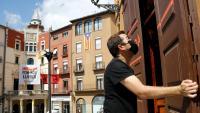 Un treballador de La Barana, un bar situat a la plaça de Sant Pere de Berga, mentre obre el local.