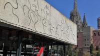 Façana del Col·legi d'Arquitectes de Catalunya amb la catedral de Barcelona al fons