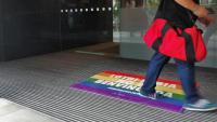 Proclama contra <b>l'LGTBI-fòbia </b>a l'entrada de l'Ajuntament de Barcelona per l'edifici de la plaça Sant Miquel