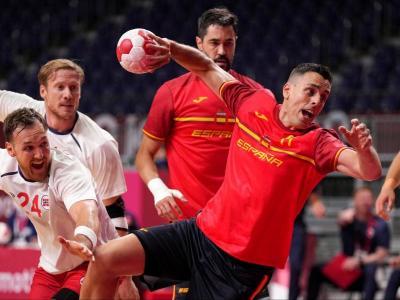 Figueras, marcant un dels gols en el partit contra Noruega