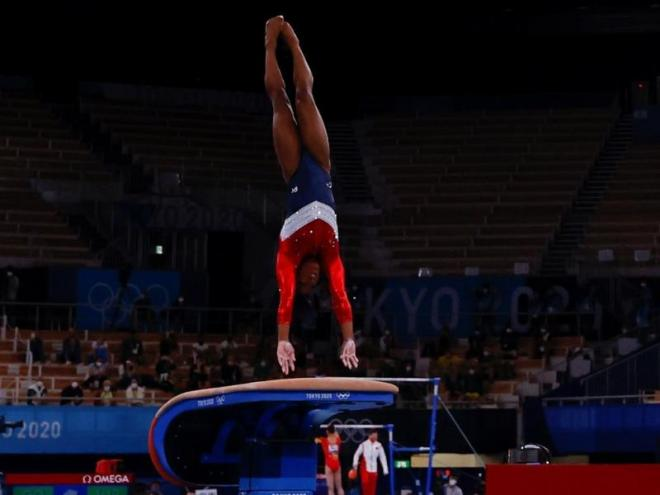 El salt de Simone Biles just abans de retirar-se de la final.