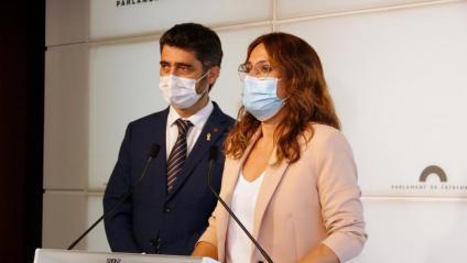 El vicepresident del Govern, Jordi Puigneró, i la consellera de la Presidència, Laura Vilagrà, a la sala de premsa del Parlament