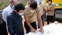 El president de la Generalitat, Pere Aragonès, parlant amb els enginyers forestals de la zona sobre el pla de reconstrucció