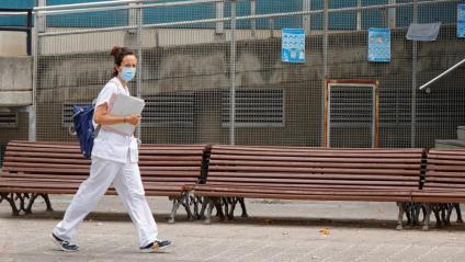 Una sanitària, sortint del CAP Nord d'Igualada, aquesta setmana