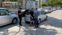 Moment en què agents dels Mossos d'Esquadra detenen un dels sospitosos de l'agressió homòfoba de la platja del Somorrostro