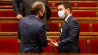 El conseller d'Economia i Hisenda, Jaume Giró, conversa al Parlament amb el president Pere Aragonès