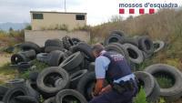 Un agent dels Mossos d'Esquadra inspecciona els pneumàtics