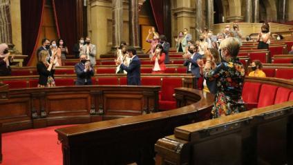 Diputats aplaudint al Parlament un cop s'ha aprovat la creació del fons per cobrir els avals dels exalts càrrecs de la Generalitat