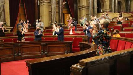 Els diputats, d'ERC i JxCat ahir al Parlament aplaudint després de l'aprovació