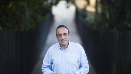 Josep Rull a la passarel·la per a vianants que creua el parc de Vallparadís de Terrassa per unir el Castell Cartoixa, el Museu Tèxtil i el conjunt monumental de la Seu d'Ègara