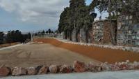 La gran esplanada de 2.000 m² on abans hi havia blocs de nínxols com els de la dreta de la imatge serà un jardí per a cendres