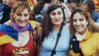 Alba Vergés, a l'esquerra, en una manifestació catalanista a València amb sa germana i una amiga