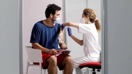 Un jove rebent la vacuna aquesta setmana, a la Ciutat de les Arts de València