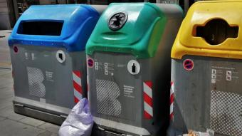 Contenidors per a la recollida selectiva de paper, vidre i plàstic en un carrer de la ciutat de Barcelona