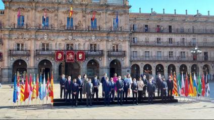 Foto de grup dels participants a la trobada de presidents a Salamanca