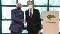 Manuel Azuaga, a l'esquerra, i Manuel Menéndez, nous president i conseller delegat d'Unicaja, en l'acte de signatura de la fusió amb Liberbank