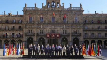 Sánchez i Felip VI, amb tots els presidents tret d'Aragonès i amb la senyera en l''atrezzo', ahir a Salamanca