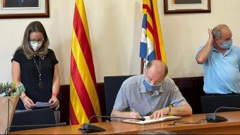 Joaquim Triadú, fill de l'escriptor Joan Triadú, signa el llibre d'honor de l'Ajuntament de Ribes de Freser en el marc de la commemoració del centenari del seu pare