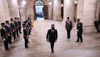El president de la Generalitat, Pere Aragonès, després de passar guàrdia als Mossos d'Esquadra a l'entrada del Palau de la Generalitat el dia de la presa de possessió