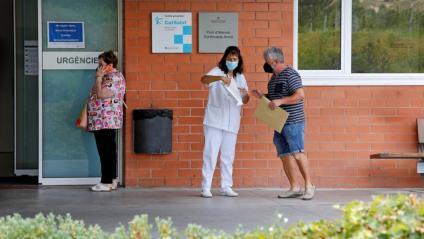 Una professional del sistema sanitari atén una persona a l'entrada d'un centre d'atenció d'Igualada, aquesta setmana
