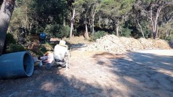 Material de construcció i acumulació de terra a la zona denunciada per Salvem El Crit
