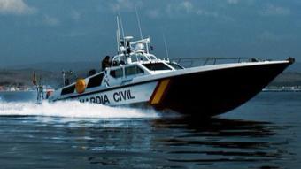 Rescaten a Badalona tres persones d'una embarcació que anava a la deriva amb risc de tenir un accident