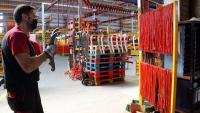 La fàbrica de Solà a Calaf amb treballadors durant el procés de muntatge