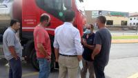 Els productors de llet parlant amb un camioner