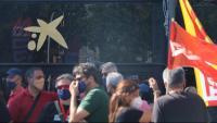 Protesta davant de treballadors de CaixaBank davant de la seu de l'entitat a Barcelona