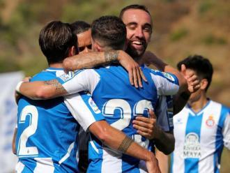 Els jugadors de l'Espanyol s'abracen a Darder
