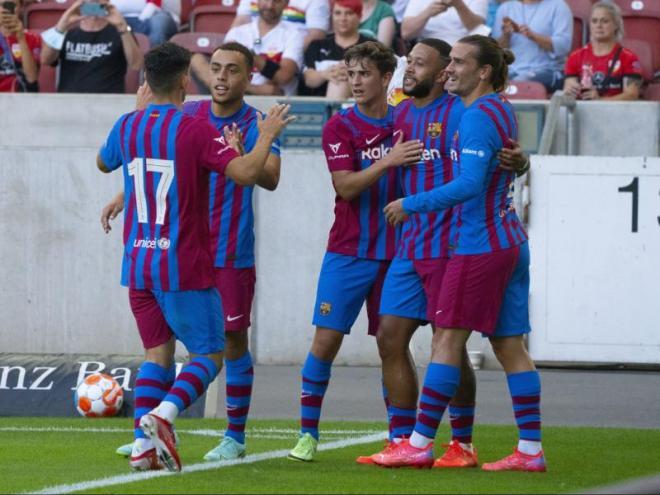 Memphis és felicitat pels seus companys després de fer el primer gol del partit