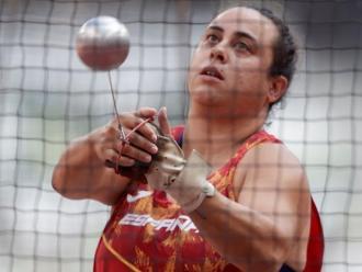 Laura Redondo durant el concurs de martell