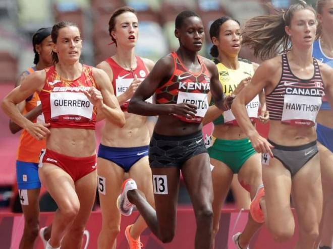 Esther Guerrero, a l'esquerra, durant les sèries de 1.500 m