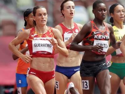 Esther Guerrero , a l'esquerra, pel carrer exterior en les sèries dels 1.500 m