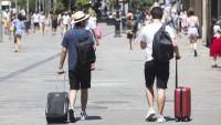 Dos turistes al centre de Barcelona