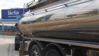 Un camió amb cuba ple de llet
