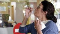 Una dona es fa un frotis nasal per a un test PCR