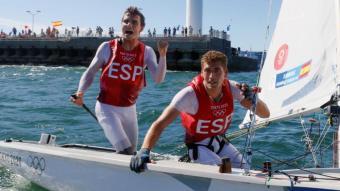 Jordi Xammar, a l'esquerra, i Nicolás Rodríguez, molt contents després d'acabar la Medal Race i guanyar la medalla de bronze